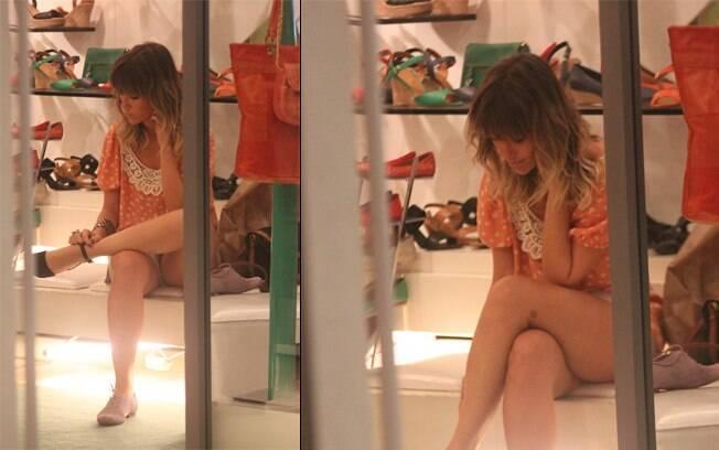Juliana Didone experimenta sapatos em loja nessa segunda-feira (30)