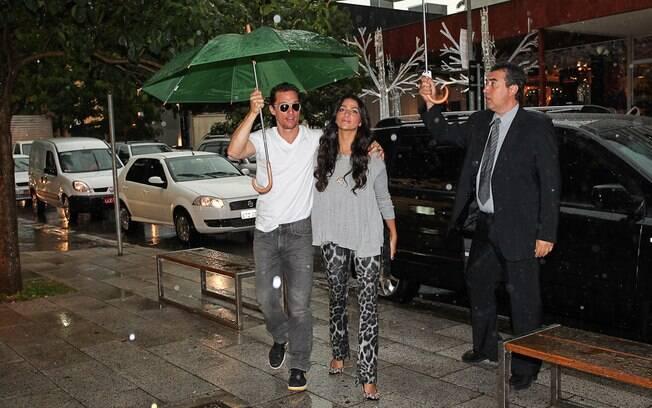 Em tarde chuvosa, Matthew McConaughey e Camila Alves circula pela rua Oscar Freire, em São Paulo