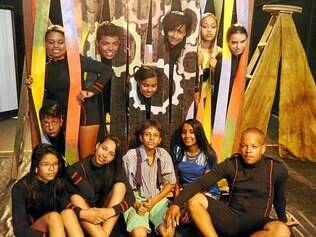 Alunos. Participantes do projeto Jovens em Trama fazem parte da montagem da peça
