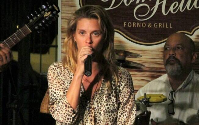 Carolina Dieckmann soltou o gogó em noite carioca