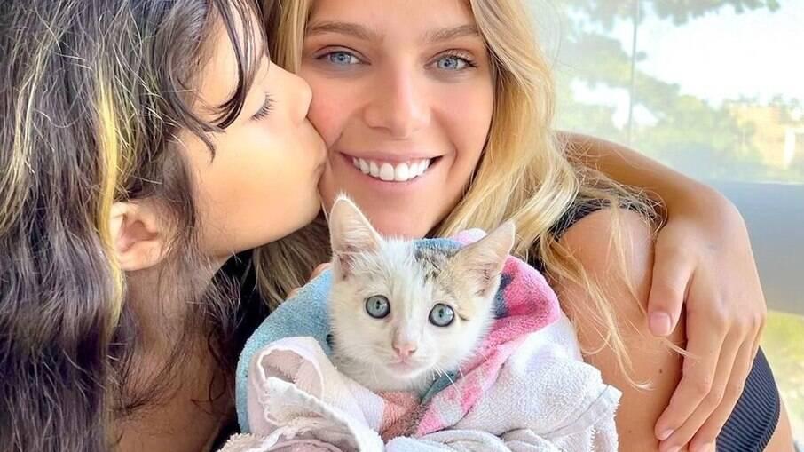 Atriz Isabella Santoni adotou gatinho para a irmã