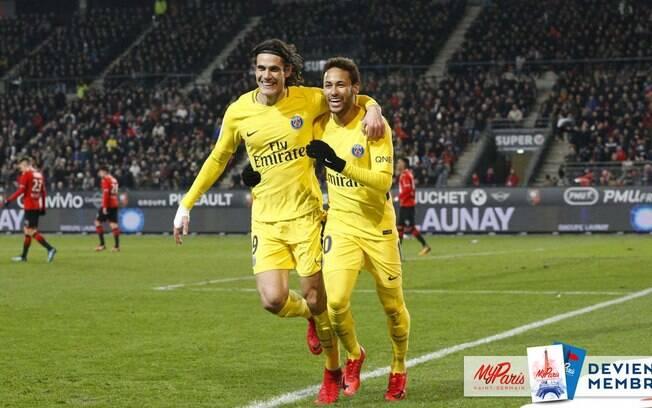 Abraço entre Neymar e Cavani depois de o brasileiro dar passe para gol do companheiro