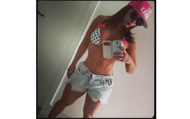 Viviane Araújo mostrou a barriga sarada na manhã deste sábado (16)