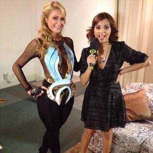 Amanda Ramalho entrevistando Paris Hilton