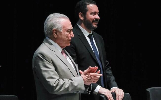 Presidente Michel Temer ao lado do novo presidente do BNDES, o ex-ministro do Planejamento Dyogo Oliveira