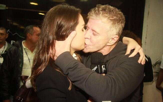 Miguel Faabella e Mônica Iozzi: beijão