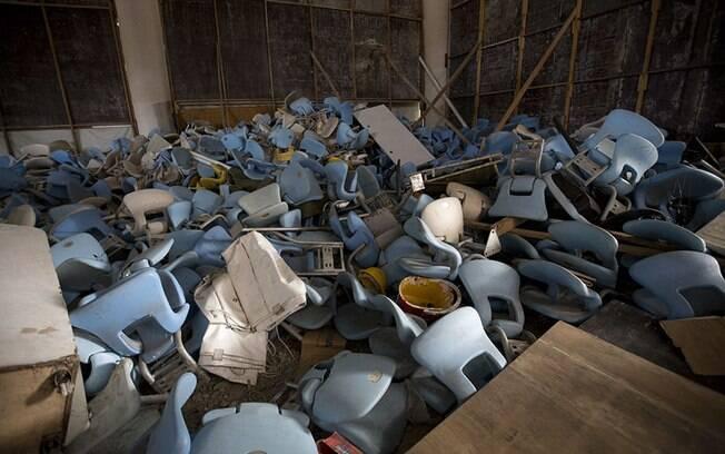 Cadeiras do Maracanã estão jogadas dentro do estádio, sendo que algumas foram saqueadas