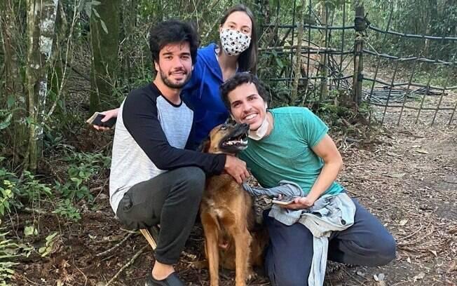 três pessoas e um cachorro