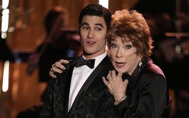 Em Glee, Blaine vira o protegido da socialite interpretada por Shirley MacLaine