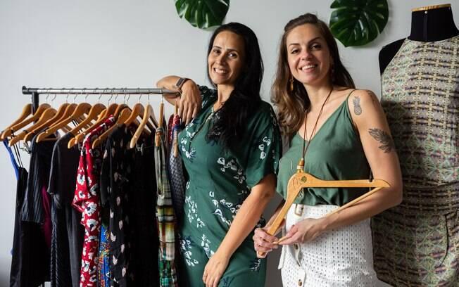 A jornalista Maristela Alcântara e a engenheira Priscila Cotrim, as mentes por trás da loja que incentiva pessoas a reduzirem o consumo de roupas