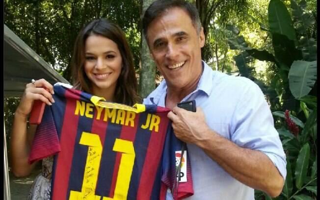 Bruna entregou presente a Oscar Magrini: uma camisa autografada por Neymar