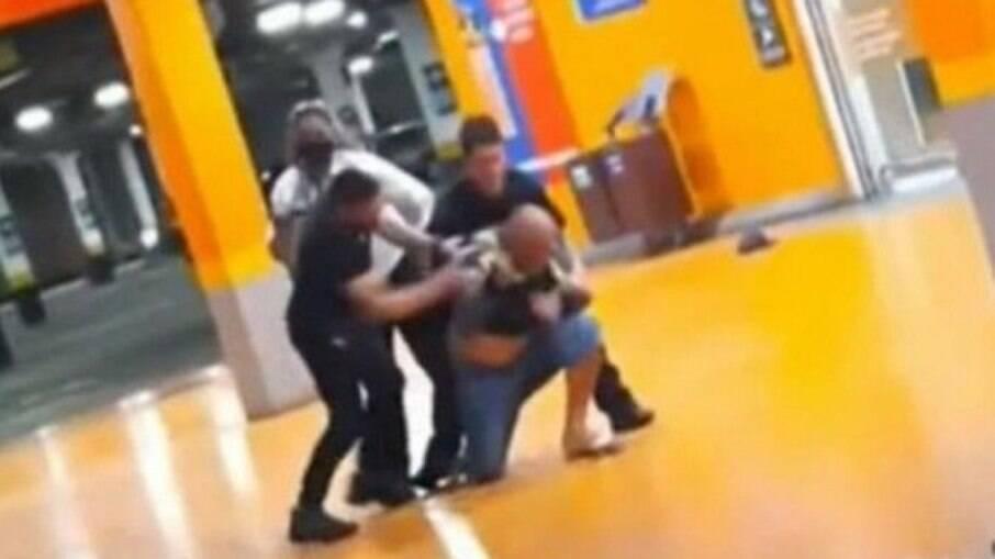 João Alberto, homem negro de 40 anos, foi morto por dois homens brancos no Carrefour