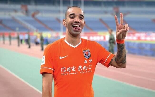 Diego Tardelli está deixando o Shandong Luneng, mas pretende continuar fora do Brasil na próxima temporada