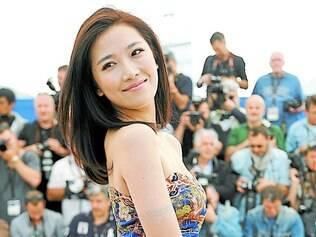 Atriz Renzi Jian roda sua saia no festival de Cannes