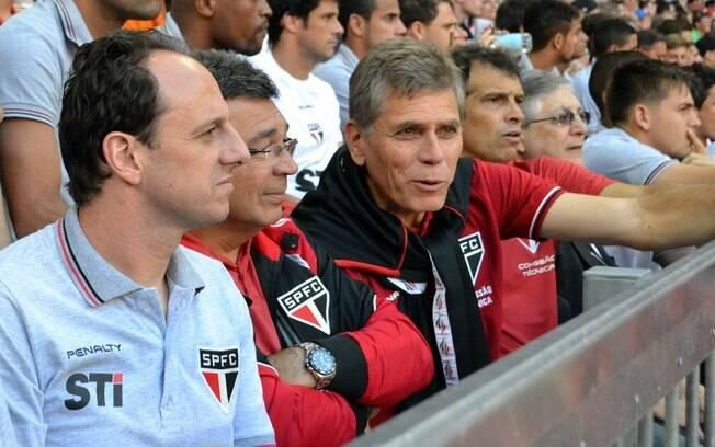 O técnico Paulo Autuori observa a final da  Copa Audi, entre Bayern e Manchester City, ao lado  do goleiro Rogério Ceni