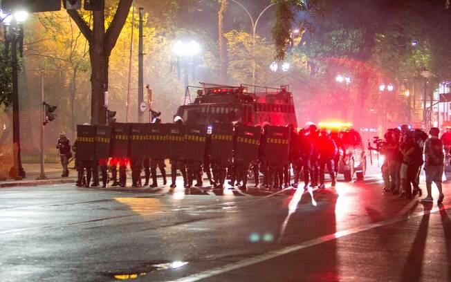 Tropa de Choque da Polícia Militar cerca proximidades do Metrô República, nesta sexta-feira