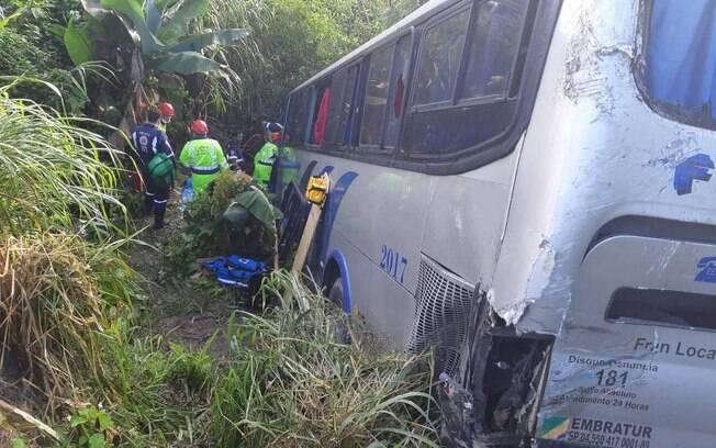 Caminhão tentou desviar de ônibus, porém não conseguiu evitar acidente