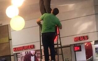 Bandido fica mais de 36 horas entalado em tubulação de shopping no litoral de SP
