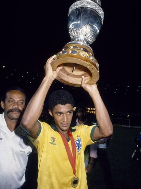 Valdo segura o troféu da Copa América de 1989 após vitória do Brasil contra Uruguai