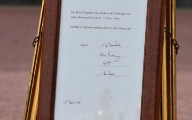 Após o nascimento do filho de Príncipe William e Kate Middleton, a realeza colocou uma placa com informações em frente à residência real