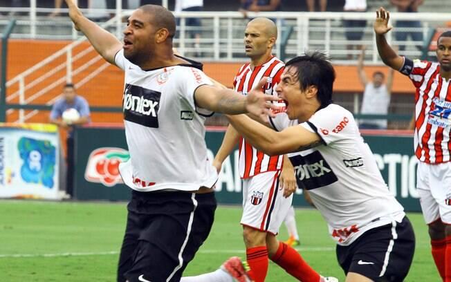 Adriano corre para comemorar seu último gol  marcado