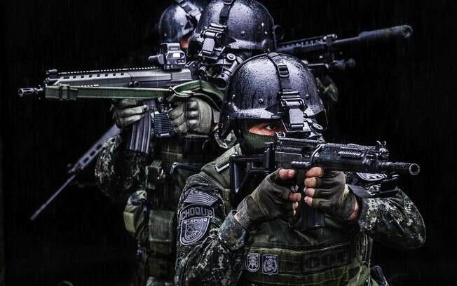 Treinamento de tiro de assalto. Equipe do COE se movimenta avaliando múltiplas situações simultâneas que acontecem ao seu redor.