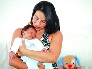 Adaptação. A diarista Graciele, 27, ainda não conseguiu estabelecer uma rotina para que o filho Miguel, de 1 mês, pudesse dormir mais