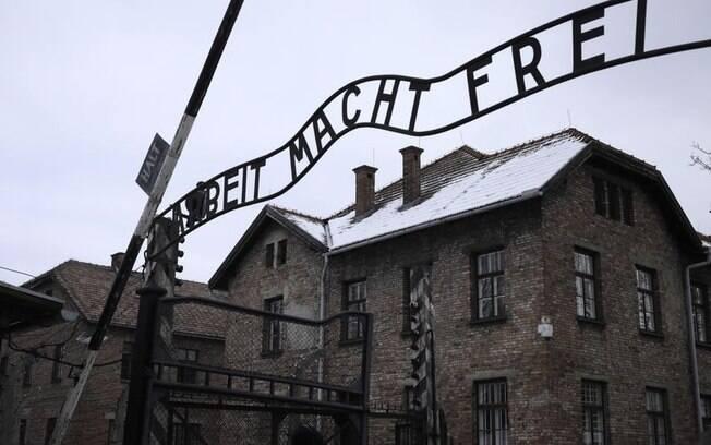 Entrada do antigo campo de concentração nazista de Auschwitz, onde o Chelsea quer levar torcedores antissemitas. Na frase, se lê, em alemão