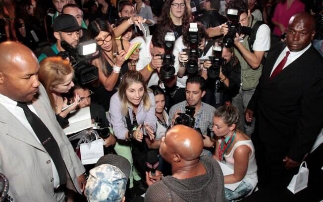 Anderson Silva mobiliza dezenas de fãs, jornalistas e fotógrafos