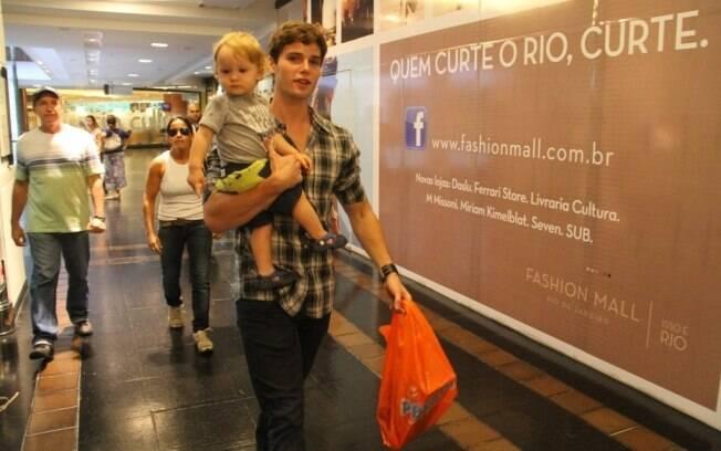 Jonatas Faro faz compras com seu filho, Guy, no Sábado de Aleluia