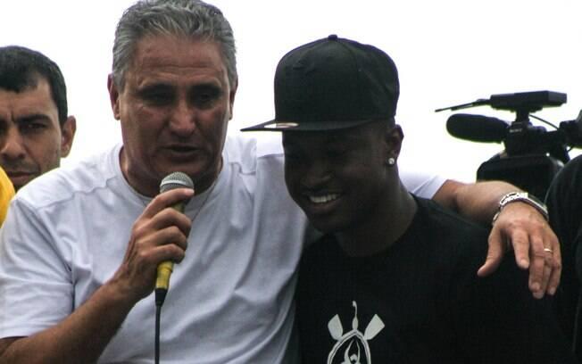 Cantor Thiaguinho animou a festa do  Corinthians nas ruas de São Paulo, mas técnico  Tite roubou o microfone do pagodeiro