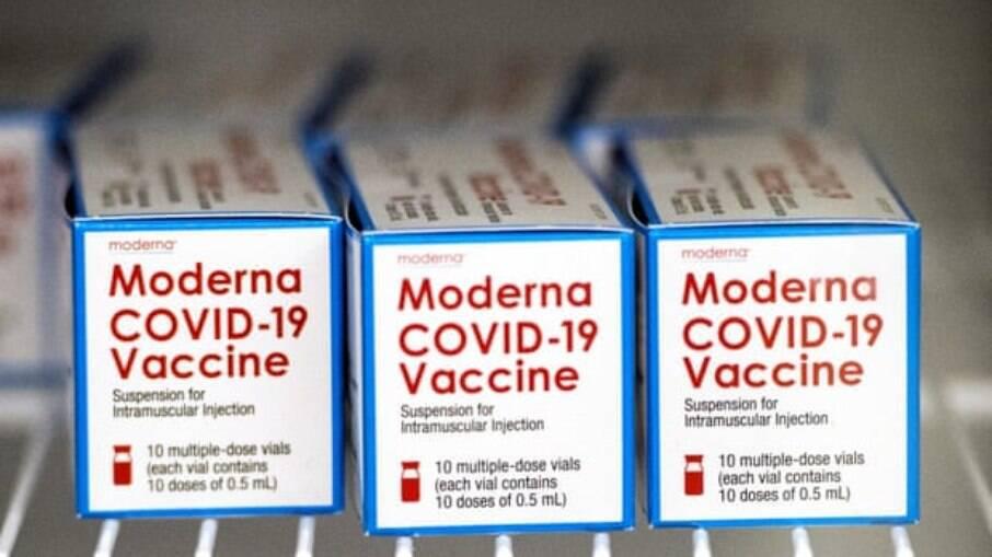 Caixas contendo a vacina Moderna Covid-19; Brasil receberá 13 milhões de doses