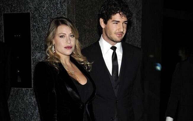 Barbara Berlusconi e Alexandre Pato posam na inauguração no Hotel Armani em Milão, na noite dessa quinta-feira (10)