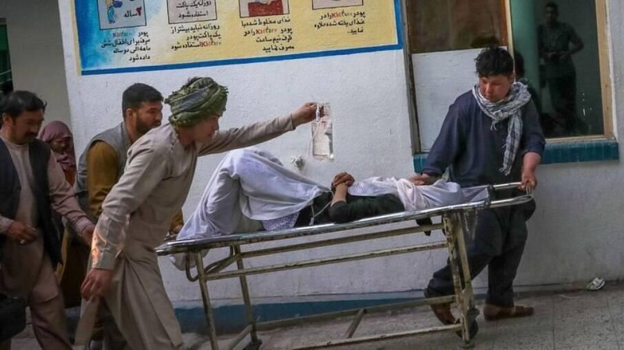 Carro-bomba explode próximo a escola em Cabul e deixa 55 mortos