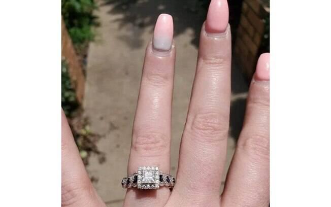 Uma mulher postou a foto para mostrar seu anel de noivado, mas as pessoas criticaram o estado de suas unhas