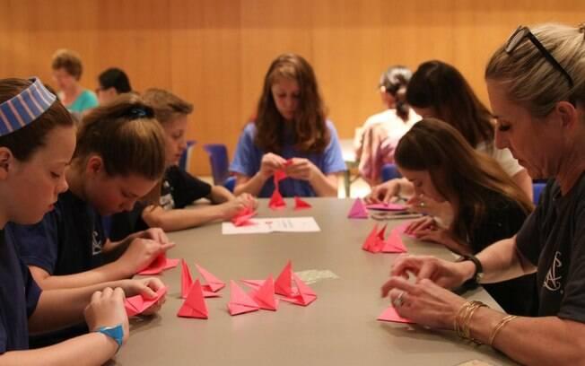 Meninas organizam oficinas de origami para arrecadar dinheiro
