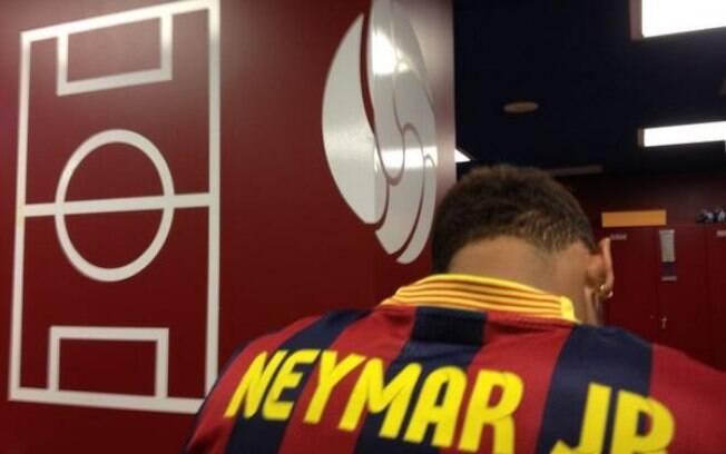 Neymar vestindo a camisa do Barcelona pela  primeira vez