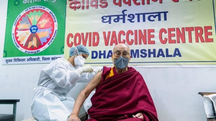 Dalai Lama recebe primeira dose da vacina contra o novo coronavírus, na Índia