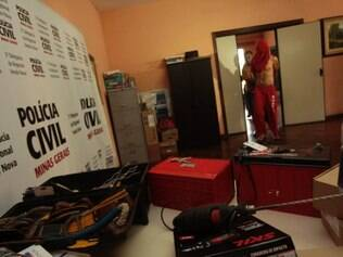 CIDADES - BELO HORIZONTE - MG . ROUBO GVT . HOMEM E APRESENTADO SUSPEITO DE ROUBAR BATERIAS DE INTERNET, REVENDER E FAZER GATO DE TV A CABO .  FOTO: MOISES SILVA /  O TEMPO 4-2-2015