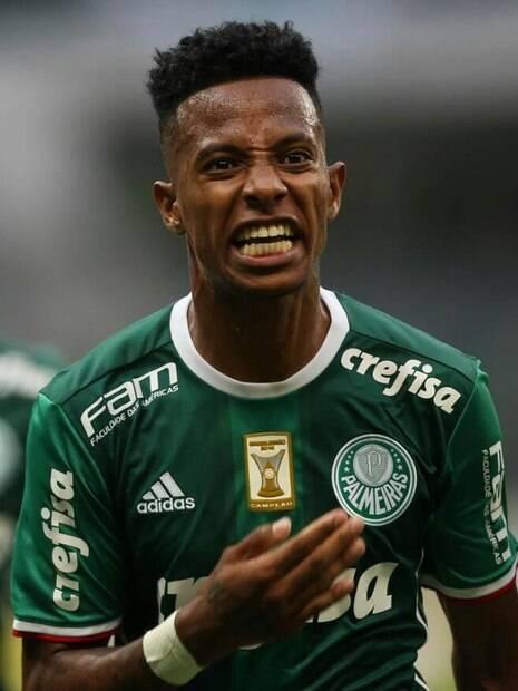 Tchê Tchê comemorando gol pelo Palmeiras