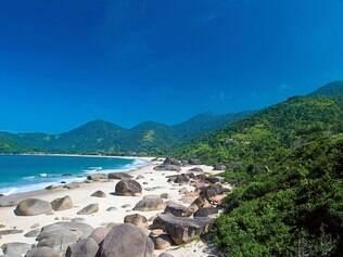Praia do Cachadaço é uma das mais bonitas da região e ainda tem piscinas naturais