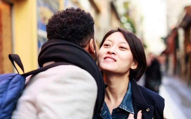 No caso do beijo amigo, é preciso conhecer os costumes do local para saber se serão dois beijinhos ou apenas um, como em SP