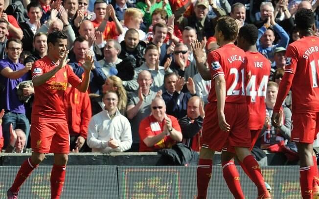 O brasileiro Philippe Coutinho é festejado  pelos companheiros ao marcar o gol do Liverpool  sobre o rebaixado Queens Park Rangers