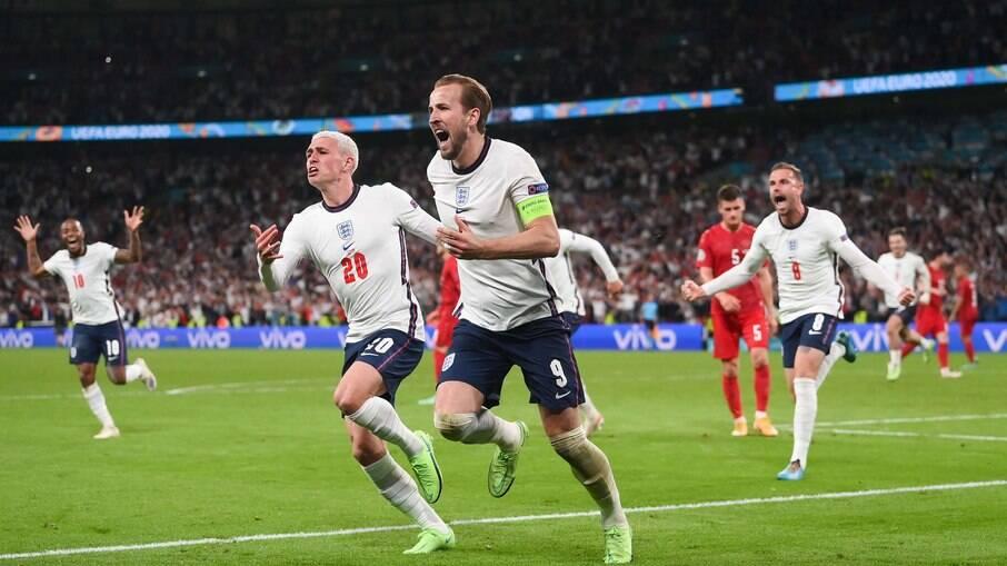 Kane comemora após marcar contra a Dinamarca