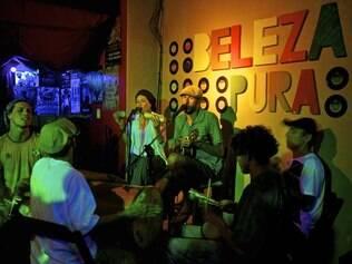 Beleza Pura é um dos bares que animam à noite da Praia do Rosa