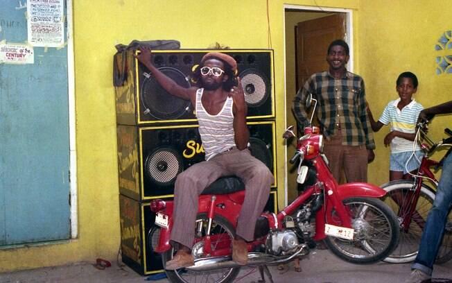 A exposição mostra que a identidade musical da Jamaica está ligada a fatos sociais e políticos