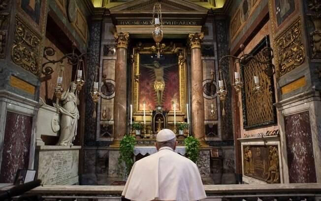 Papa Francisco rezando em igreja na Itália