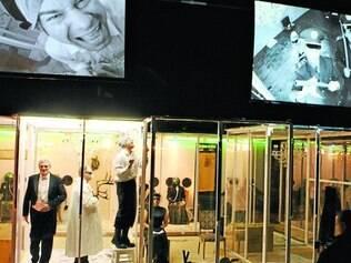 """""""Woyzeck"""". Espetáculo ucraniano confina a humanidade entre caixas de vidro e espelhos"""