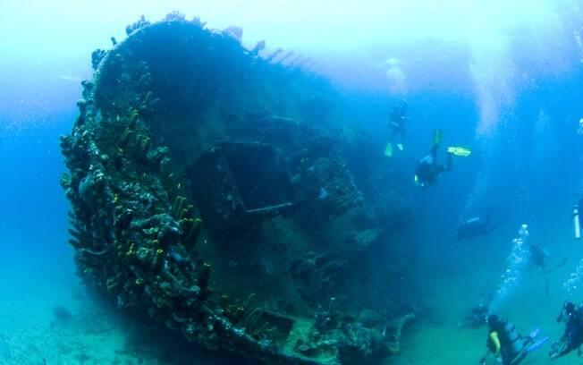 Nos mergulhos com cilindro, dá para ver embarcações naufragadas