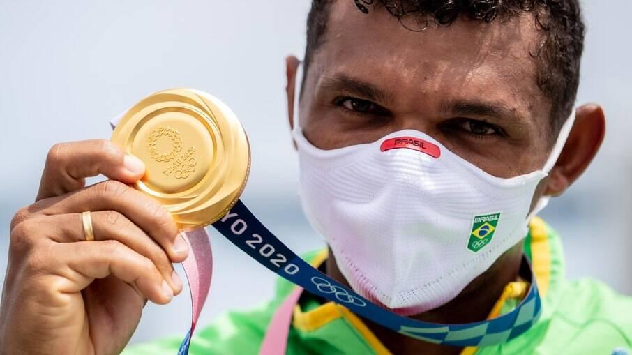 Isaquias Queiroz conquista ouro na canoagem